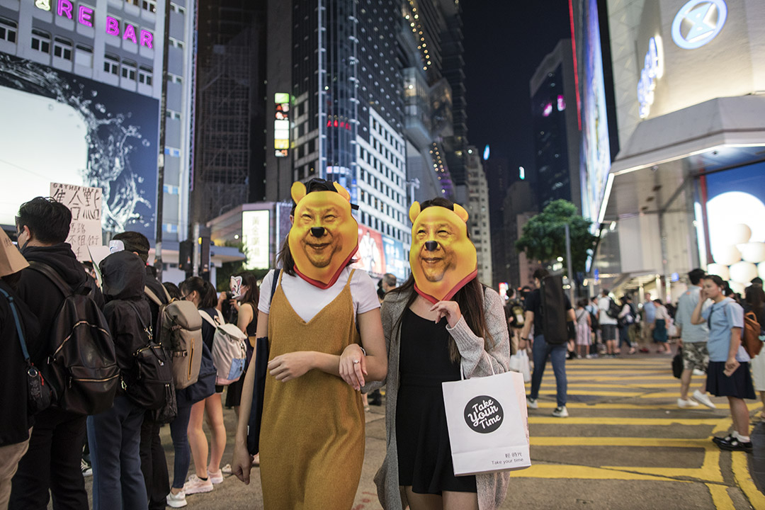 2019年10月19日,市民發起蒙面人鏈活動,有市民戴上小熊維尼的臉具走過銅鑼灣。