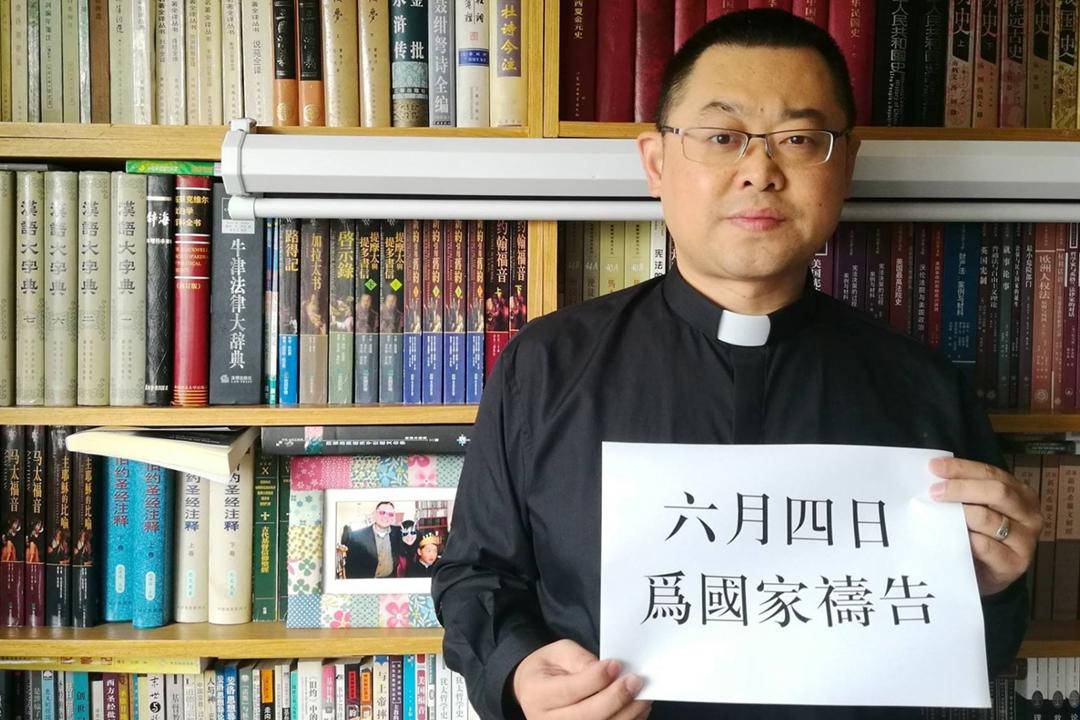 圖為王怡牧師手持紀念「六四事件」的標語。「秋雨教會」被外界視為中國境內最敢言的家庭教會,過往多次舉辦紀念「六四事件」、「汶川地震」的活動。 圖片來源:互聯網