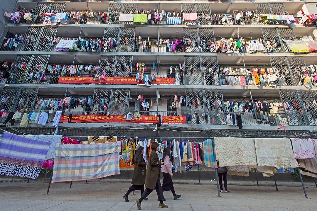 2016年11月26日,湖北某大學的女生宿舍,學生將衣物和床上用品在宿舍裡晾乾。
