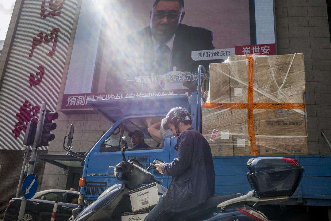 2019年12月18日,澳門日報的辦公大樓外,大電視播放著前特首崔世安的訪問片段。