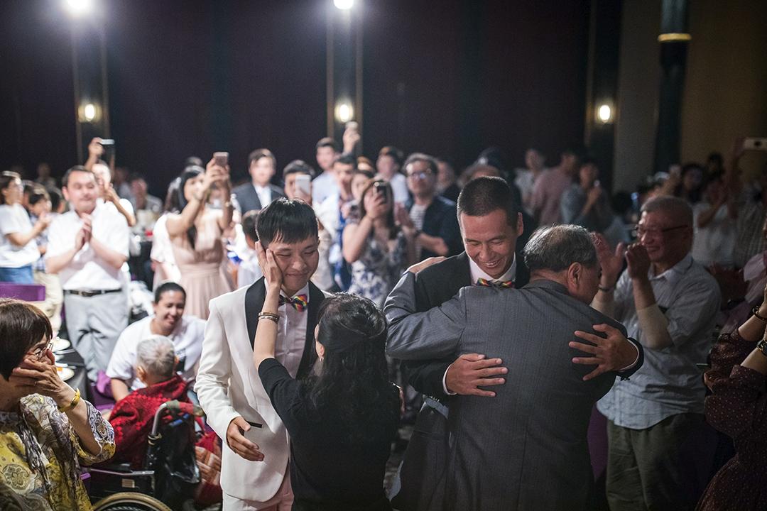 2019年5月26日,一對男同志在婚禮上接受親友祝福。