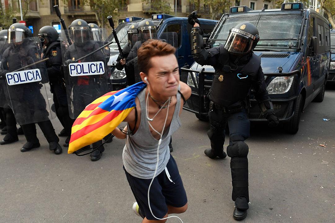 2019年10月19日,巴塞羅那,在一場支持加泰羅尼亞獨立的左翼青年團體「Arran」發起的示威中,一名西班牙國家警察正在用警棍擊打一名示威者。昨夜,大約有200人在警民衝突中受傷。