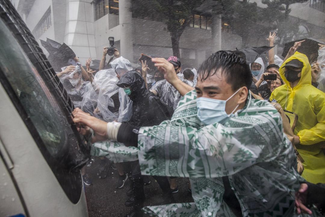 2019年7月31日,三號颱風下,東區法院外聚集數百名市民聲援被控暴動罪提堂人士。