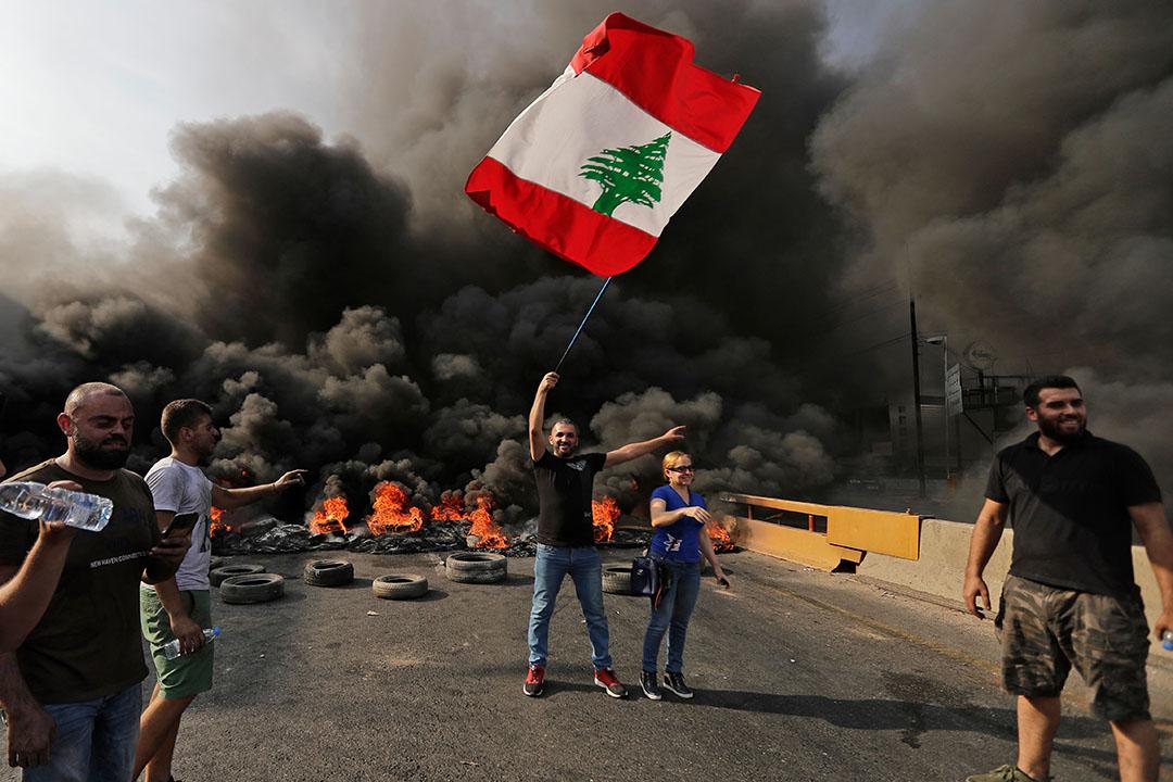2019年10月18日,黎巴嫩示威者在前往首都貝魯特的高速公路上揮舞國旗和放火燒輪胎,抗議政府在經濟上的糟糕表現。此前政府出台對Whatsapp短信徵稅等一系列政策企圖削減財政赤字,引起公眾不滿。