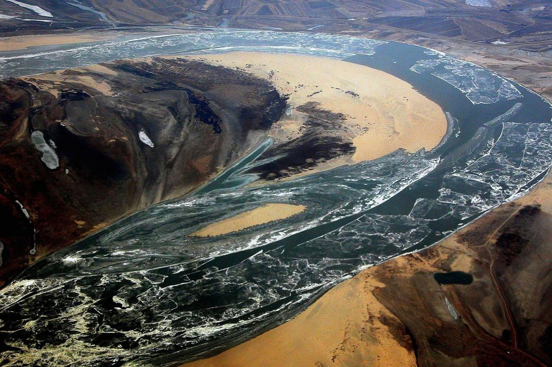 2005年哈爾濱,一條受化工廠爆炸污染的河流。
