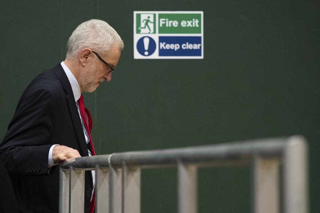 2019年12月13日,工黨黨魁郝爾彬(Jeremy Corbyn)在點票中心等候選舉結果,得悉自己保住北伊斯靈頓選區議席後離開。 攝:Leon Neal / Getty Images