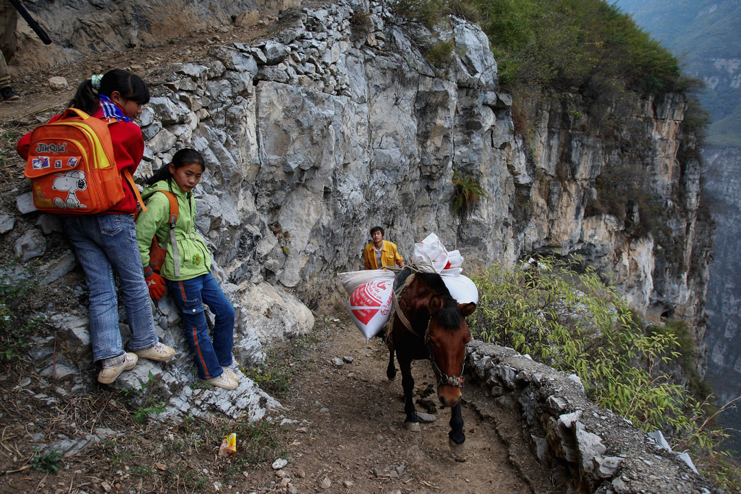 四川漢源縣的古路村,學童每天要徒步走三小時上學。