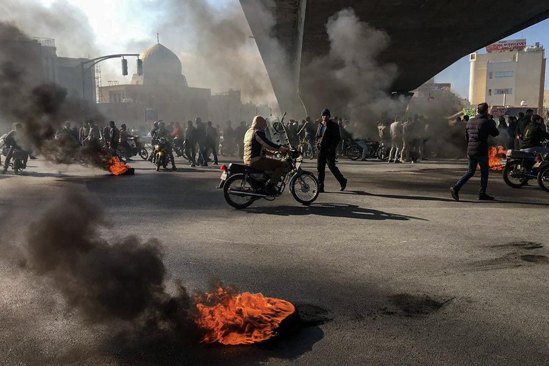 2019年11月16日,伊朗民眾上街反對汽油加價。 圖:AFP via Getty Images