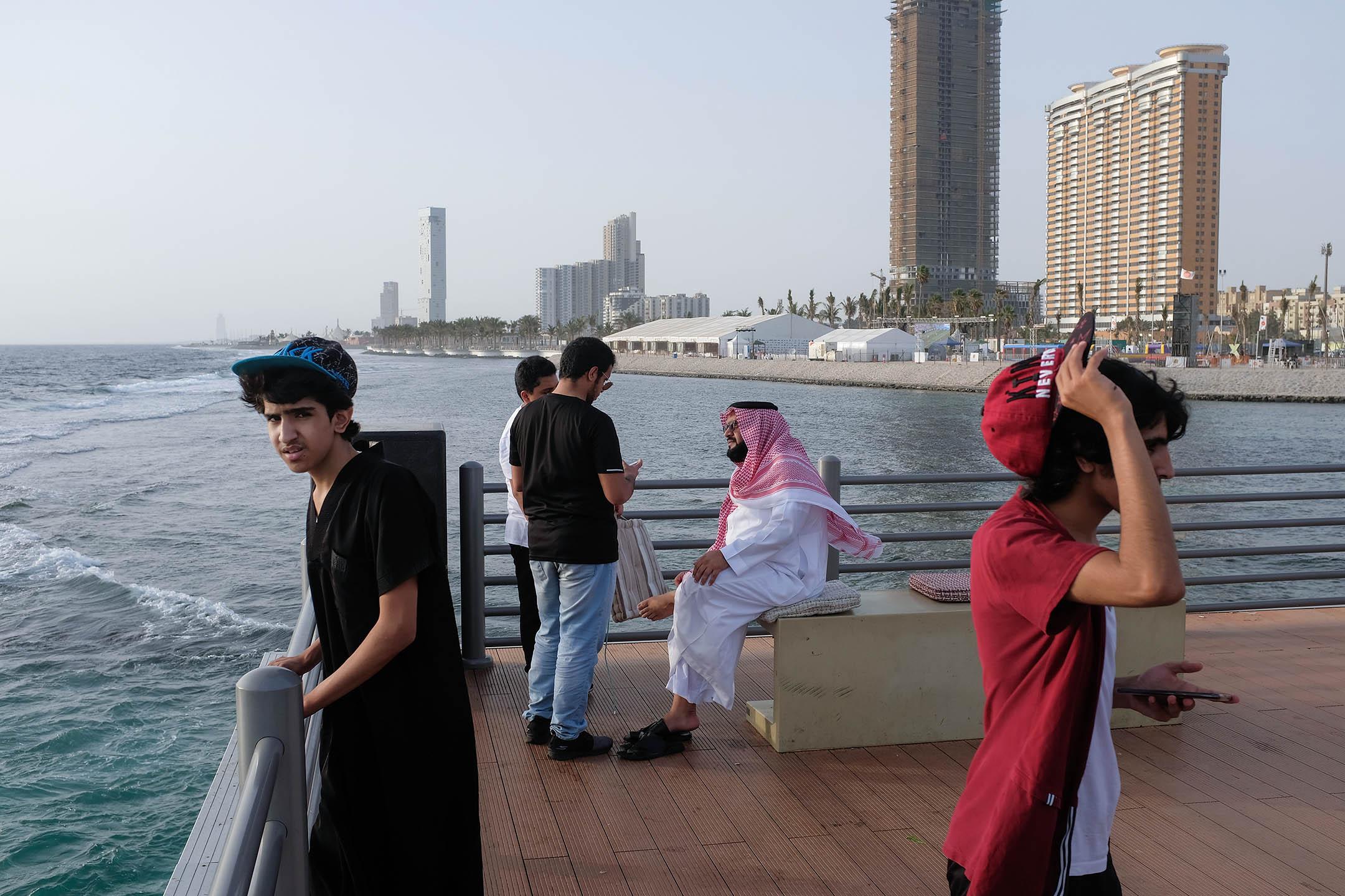 2018年6月23日,不同世代的沙特人在沙特阿拉伯吉達濱海路旁的一個碼頭上。 攝:Sean Gallup/Getty Images