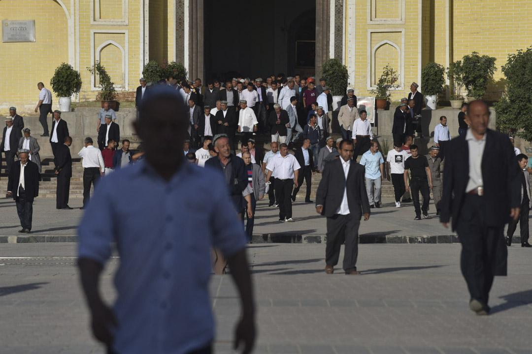 2019年6月5日,維吾爾族人在開齋節祈禱後離開清真寺。