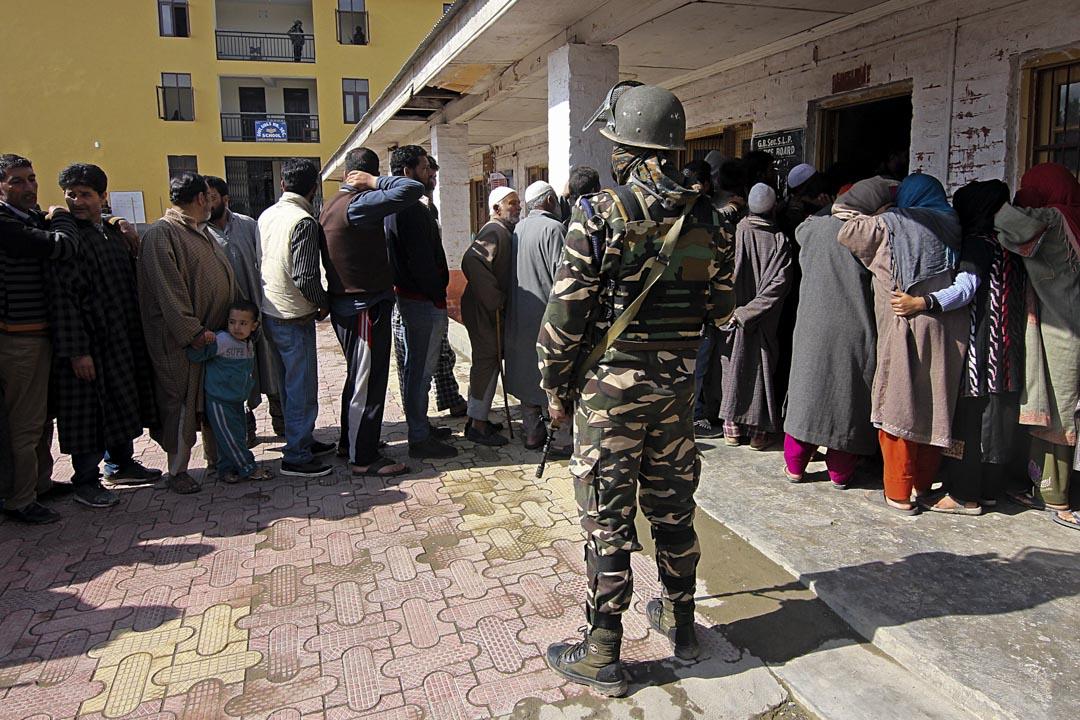2019年4月18日,克什米爾舉行的選舉中,人們在投票站外等候投票,選舉中克什米爾邦的投票率只有45%,為全國最低。