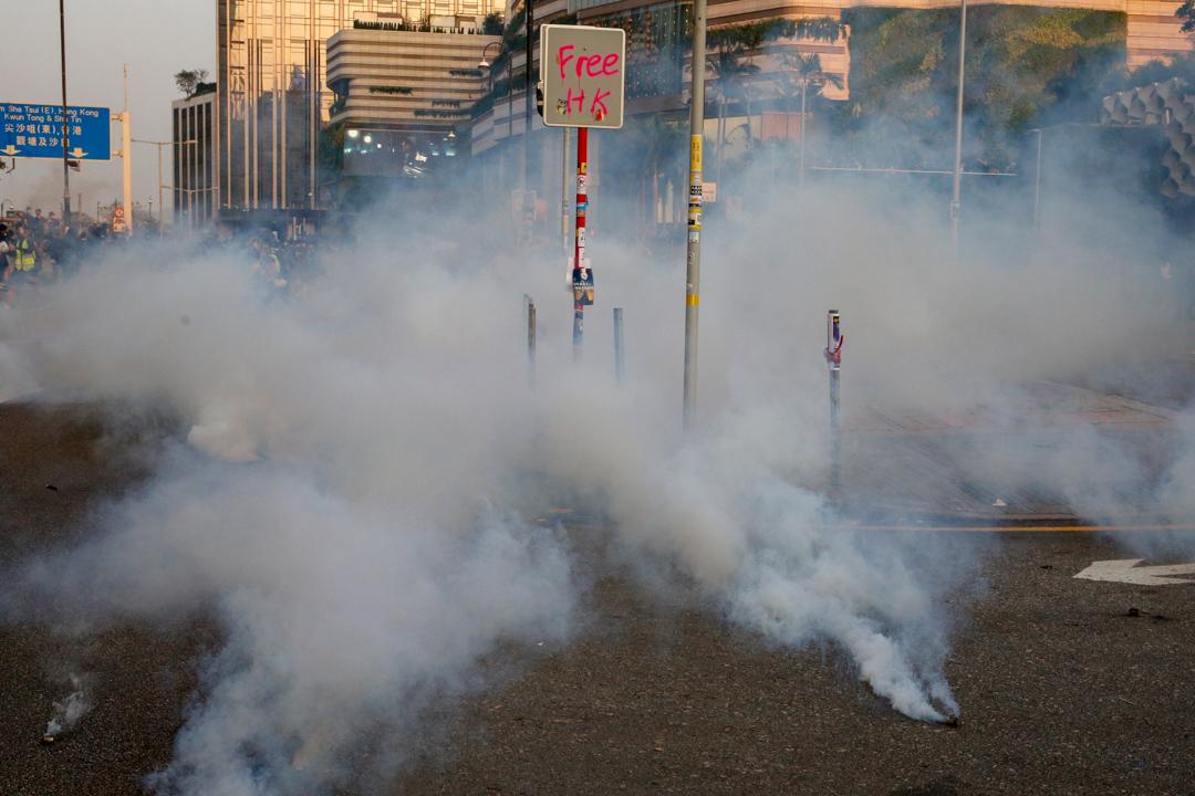 2019年12月1日,網民發起「毋忘初心大遊行」,防暴警施放催淚彈。