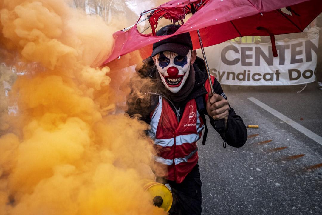 2019年12月5日,法國馬賽,反對政府退休制度改革的示威者手持煙霧彈。