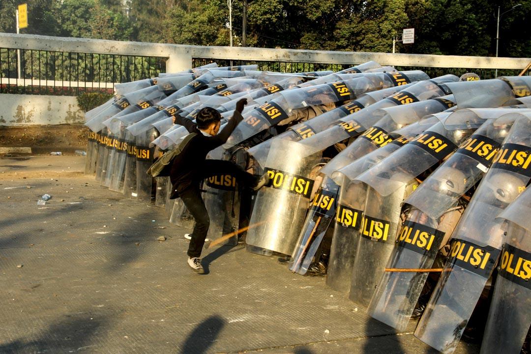 2019年9月30日,印尼國會擬立法禁止同性戀、未婚同居、婚前性行為,激發大學生上街抗議,其中雅加達一次抗議中,一名示威者襲擊防暴警察防線。