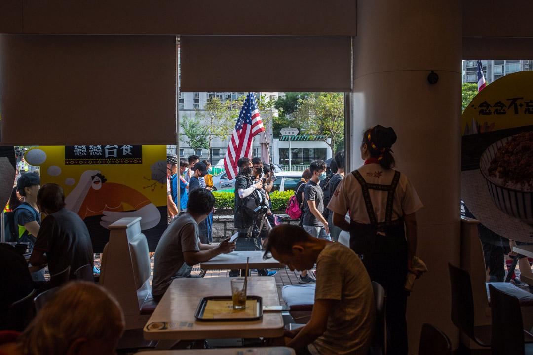 2019年9月14,天水圍的示威者拿著美國旗經過美心快餐店。