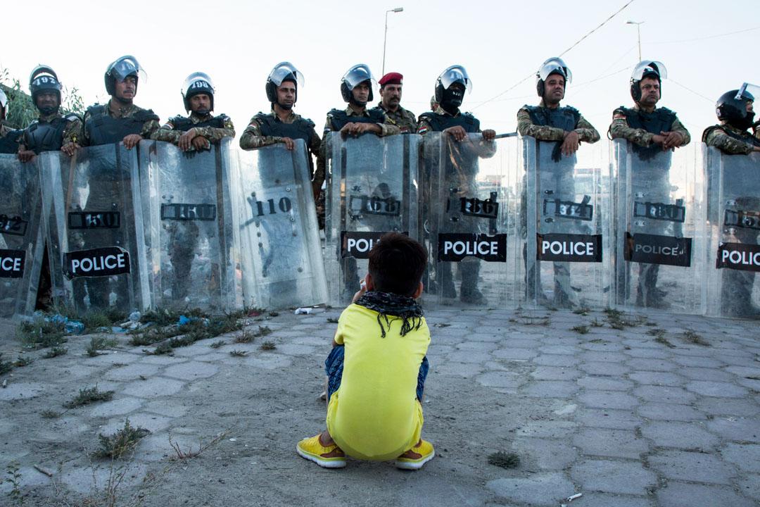 2019年6月22日在,伊朗持續爆發反政府示威,安全部隊的戒備中,一位小孩蹲在軍人前。