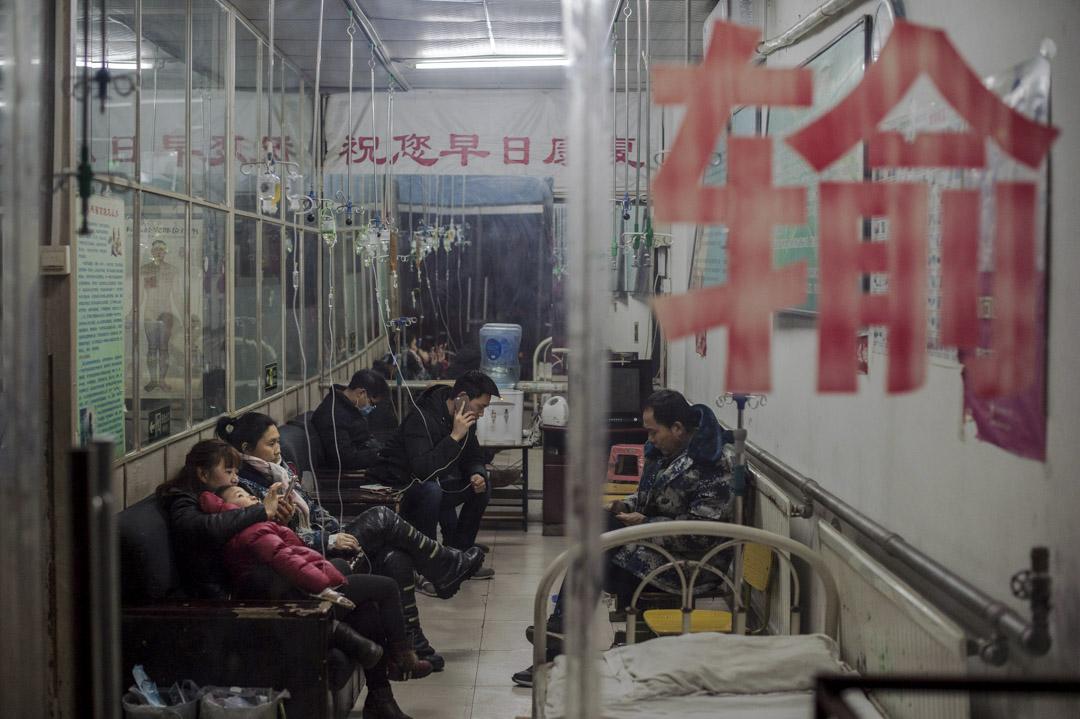 2017年2月15日,人們在北京一家診所接受靜脈滴注治療。