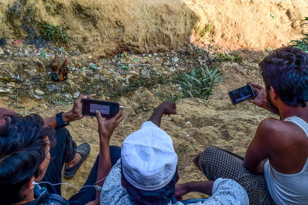 2019年12月11日,羅興亞難民在手機上觀看昂山素姬在荷蘭海牙舉行的國際法院的現場直播片段。