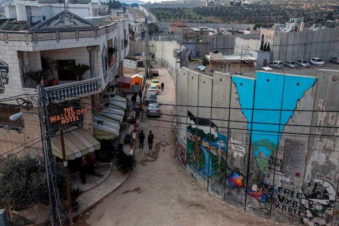 位於伯利恆隔離牆南面,由藝術家Banksy投資興建的圍牆酒店 (Walled-Off Hotel)。