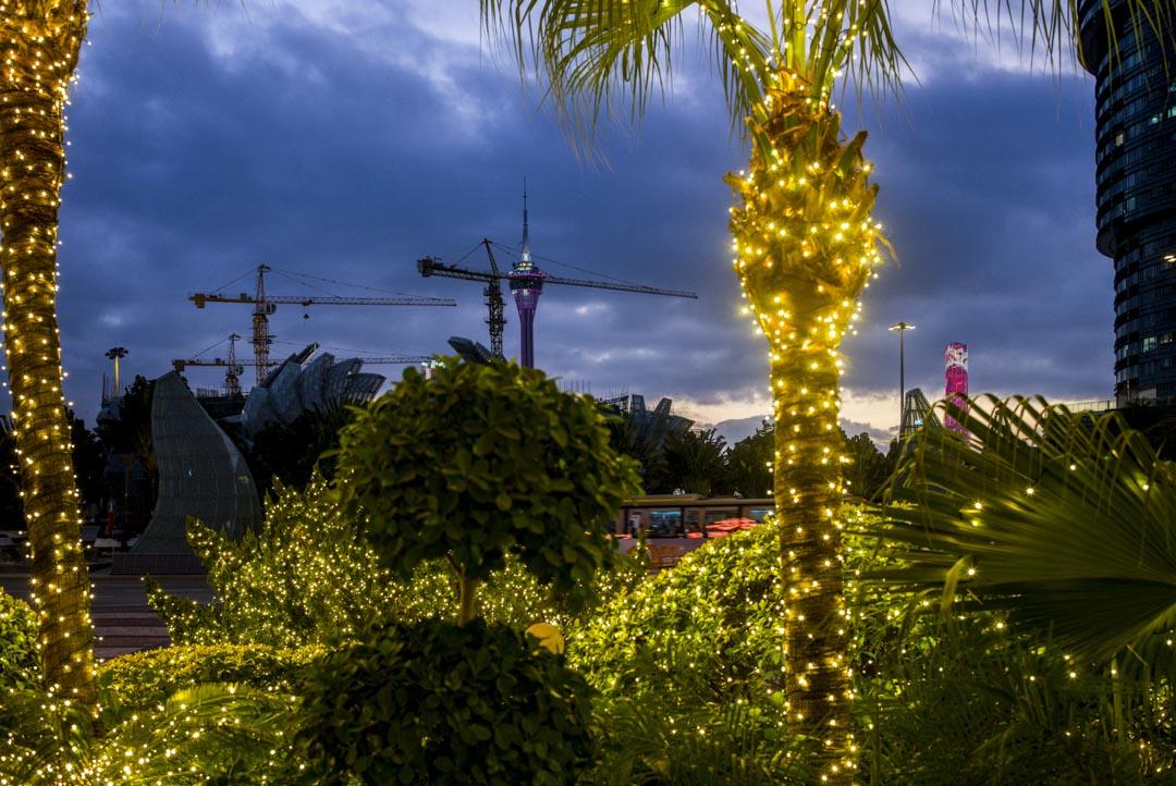 2019年12月18日,澳門酒店外的燈飾及建築工地。