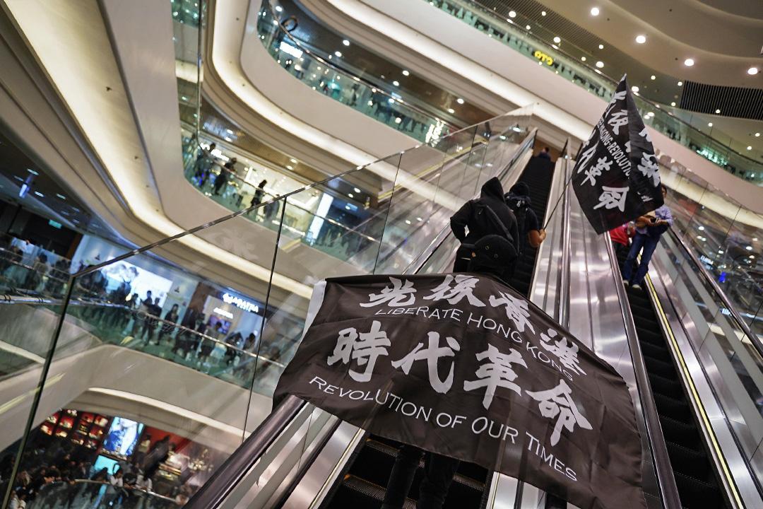 2019年12月24日,示威者在銅鑼灣時代廣場展示光復香港旗幟。