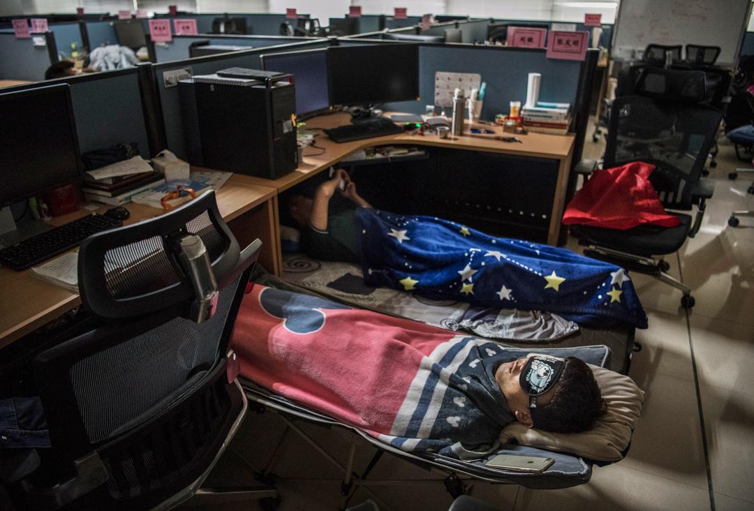 華為一名員工在辦公室內睡覺。
