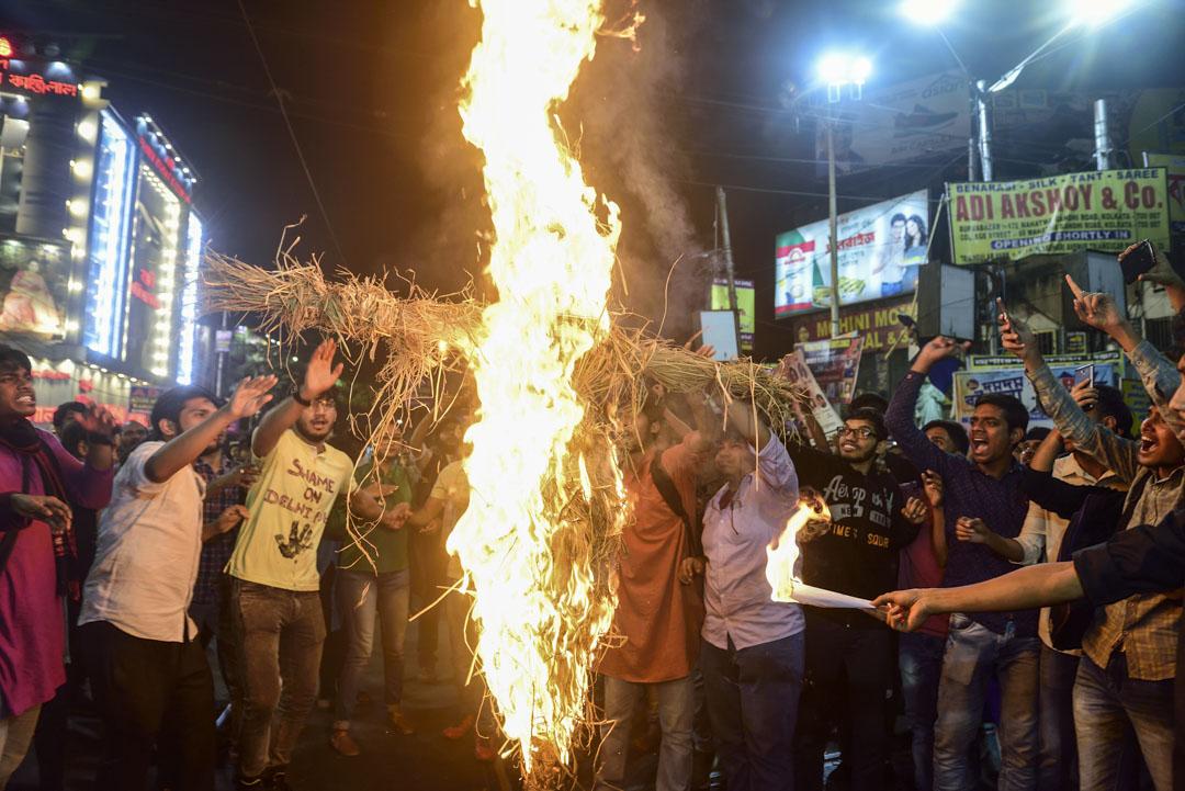 2019年12月16日,加爾各答總統大學的學生焚燒印度內政部長阿米特·沙(Amit Shah)的肖像。