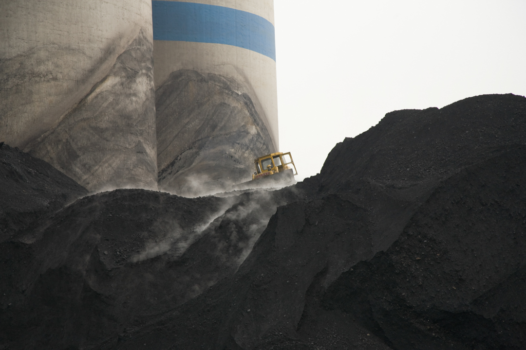 山西一個煤礦場,推土機正在搬運煤礦。
