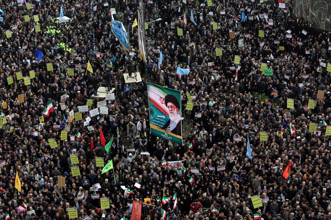 2019年11月25日,伊朗民眾遊行支持政府,舉起伊朗最高領袖阿里·哈梅内伊(Ali Khamenei)的肖像。