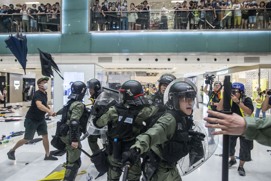 2019年7月14日,大批警員進入商場與示威者在新城市廣場短兵相接,雙方發生流血衝突。