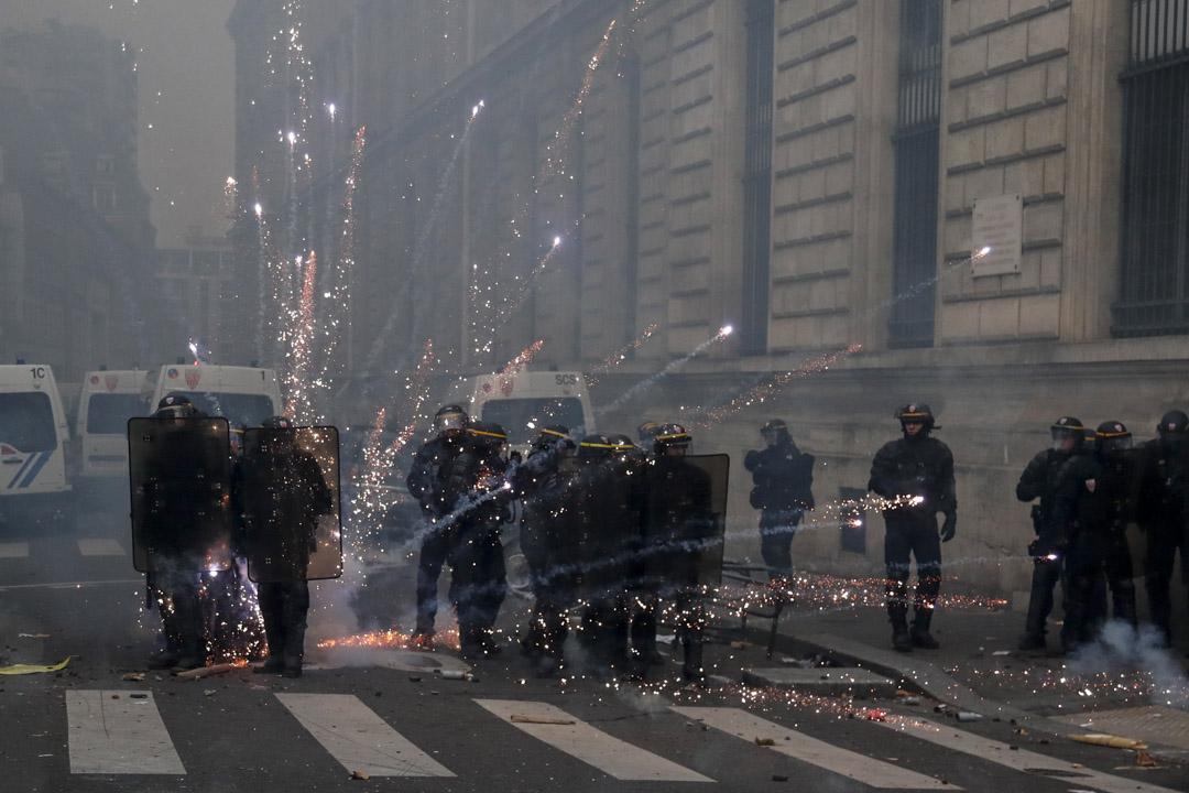 2019年12月5日,法國巴黎,示威者向防暴警發射煙火。