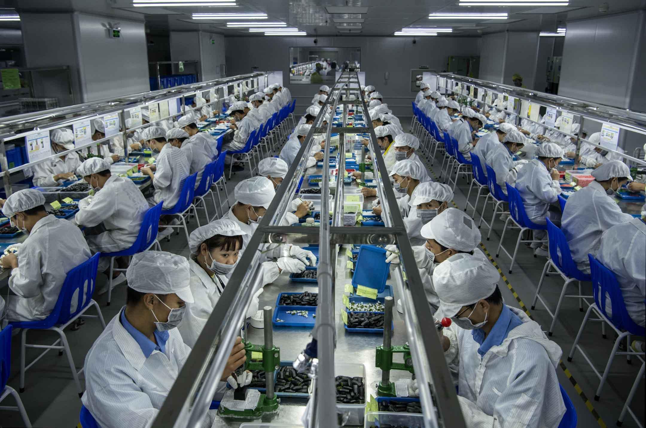 2019年9月24日,深圳一間生產電子煙的工廠,工人在組裝零件。 攝:Kevin Frayer/Getty Images