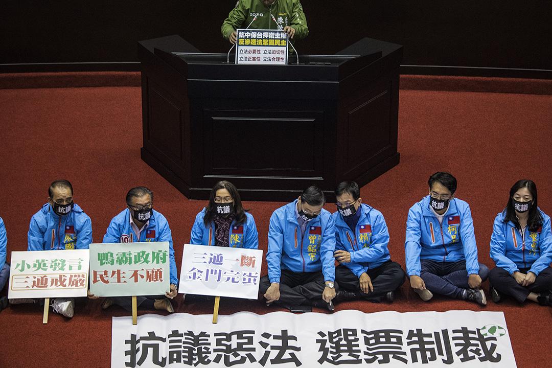 2019年12月31日,反滲透法三讀期間,國民黨的立委坐在議會中央抗議。