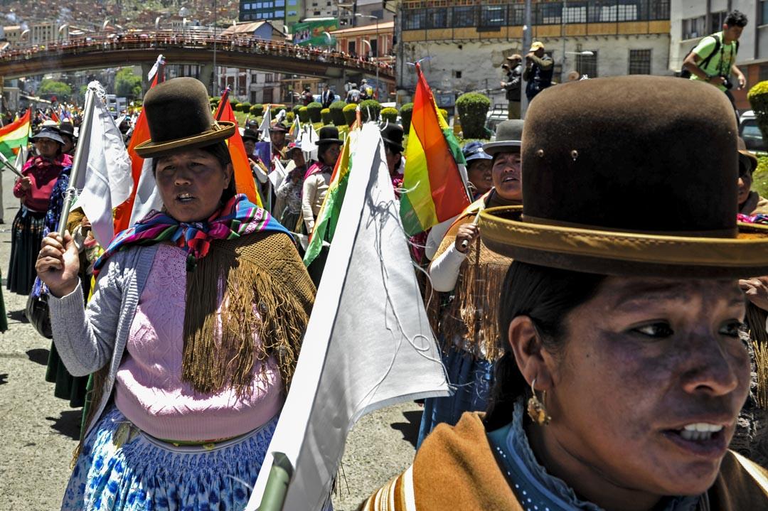 2019年10月23日,玻利維亞,總統莫拉萊斯 (Evo Morales) 的支持者在遊行支持法院對於莫拉萊斯在總統選舉的勝利有效的判決。此前反對派認為選舉存在舞弊行為,發起罷工抗議其連任。最終,莫拉萊斯在11月辭職。
