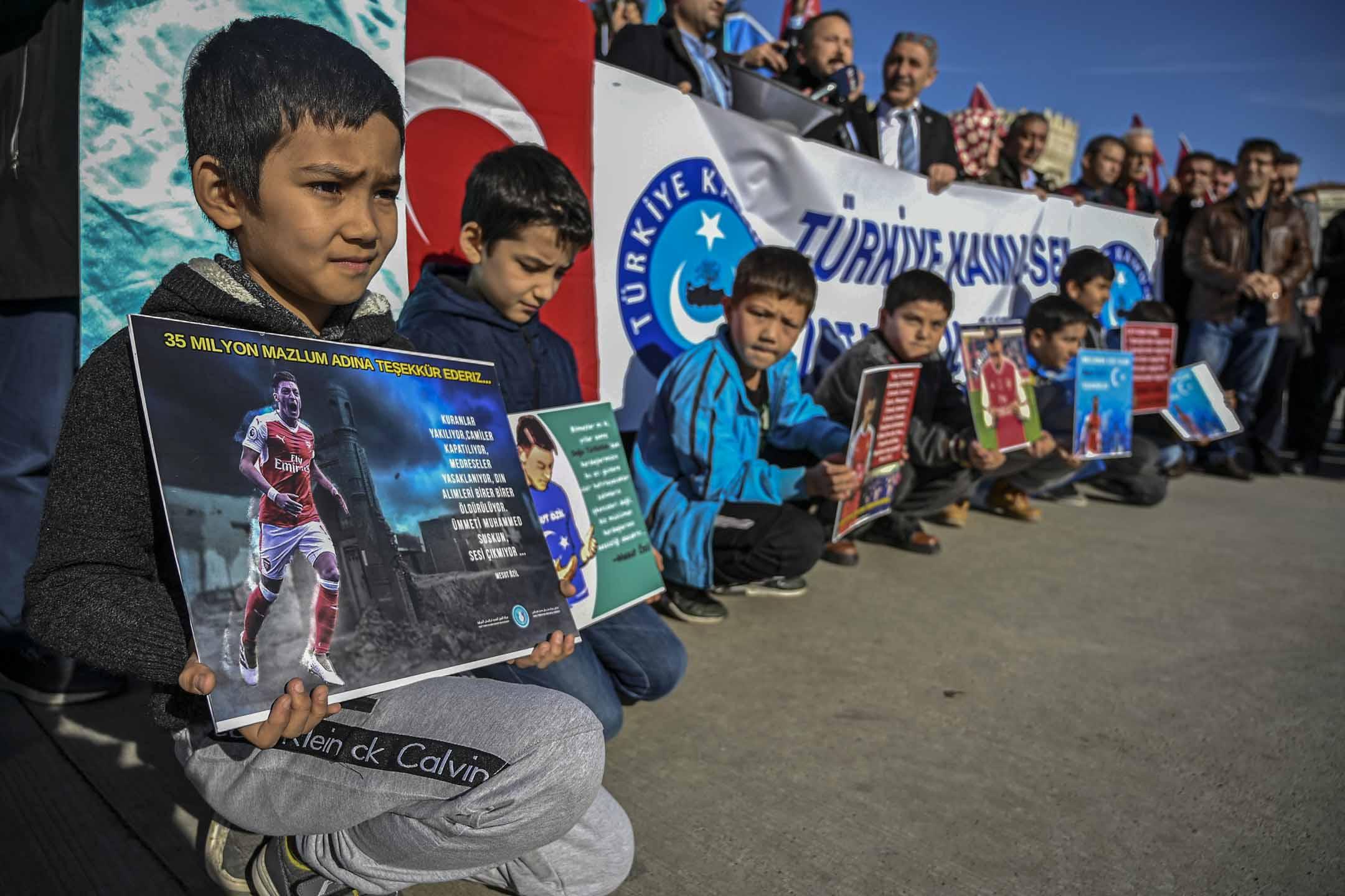 2019年12月14日,維吾爾族兒童在土耳其伊斯坦堡Beyazid廣場請願,聲援土耳其裔的德國球星奧斯爾。
