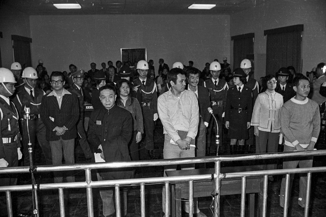 美麗島大審,七名被告從左到右張俊宏、黃信介、 陳菊、姚嘉文、施明德、呂秀蓮、林弘宣均到庭。