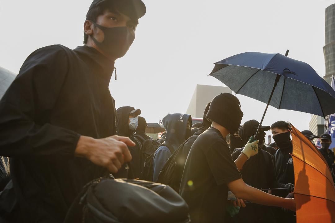 下午3點,網民發起「毋忘初心大遊行」,重申反修例運動的五大訊求,並由尖沙咀鐘樓遊行至紅磡體育館。