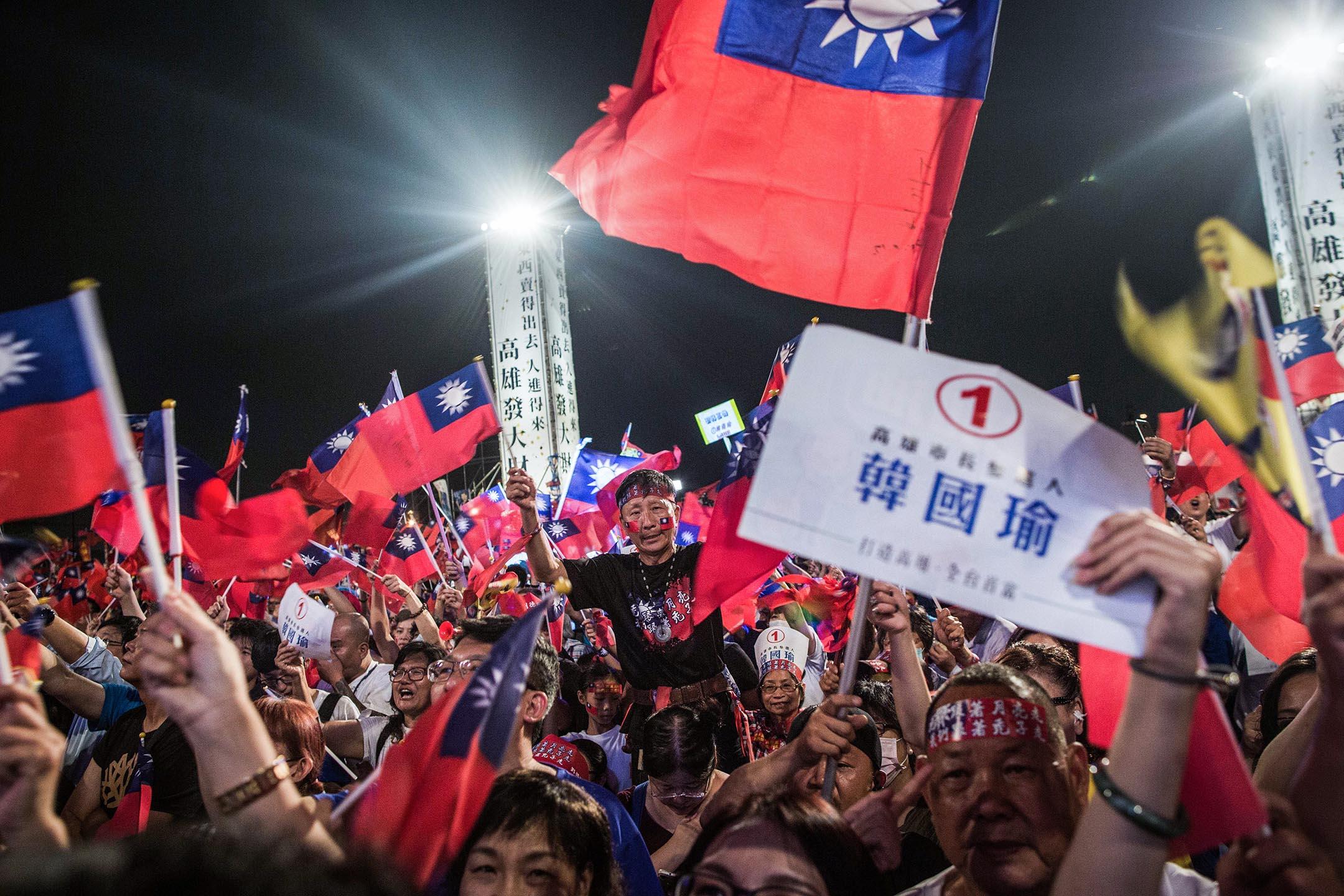 2018年11月18日,韓國瑜的支持者在高雄市長選舉的造勢晚會中。 攝:陳焯煇/端傳媒