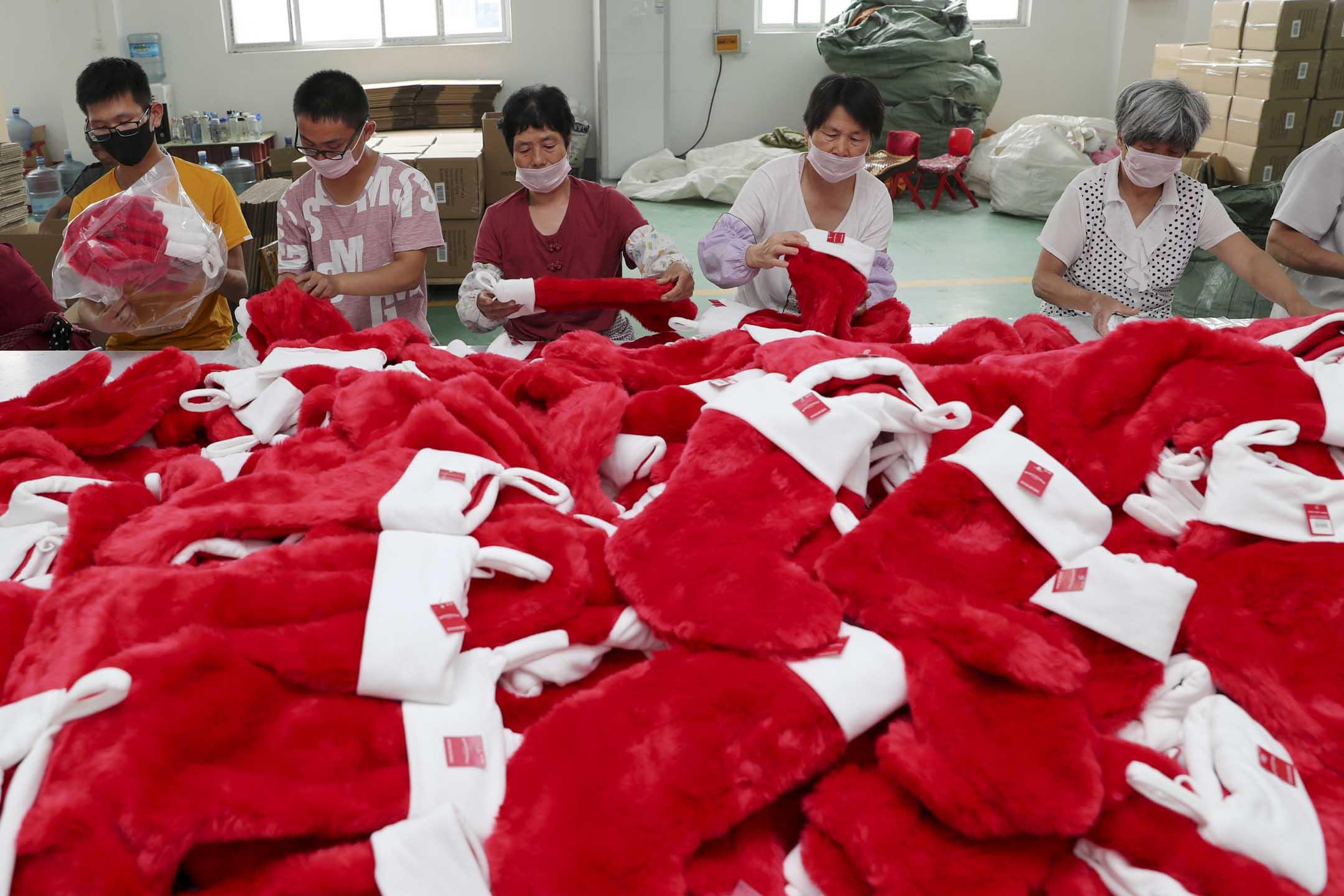 2019年7月16日,工人在中國江蘇省連雲港市的一家工廠生產出口玩具。