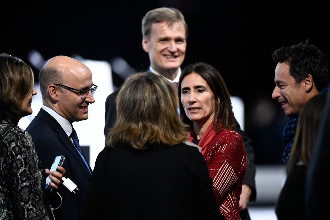 2019年12月15日,智利環保部長、聯合國25屆氣候大會主席卡羅琳娜·施密特(Carolina Schmidt,中)與多國代表討論。 攝:Oscar del Pozo/Getty Images