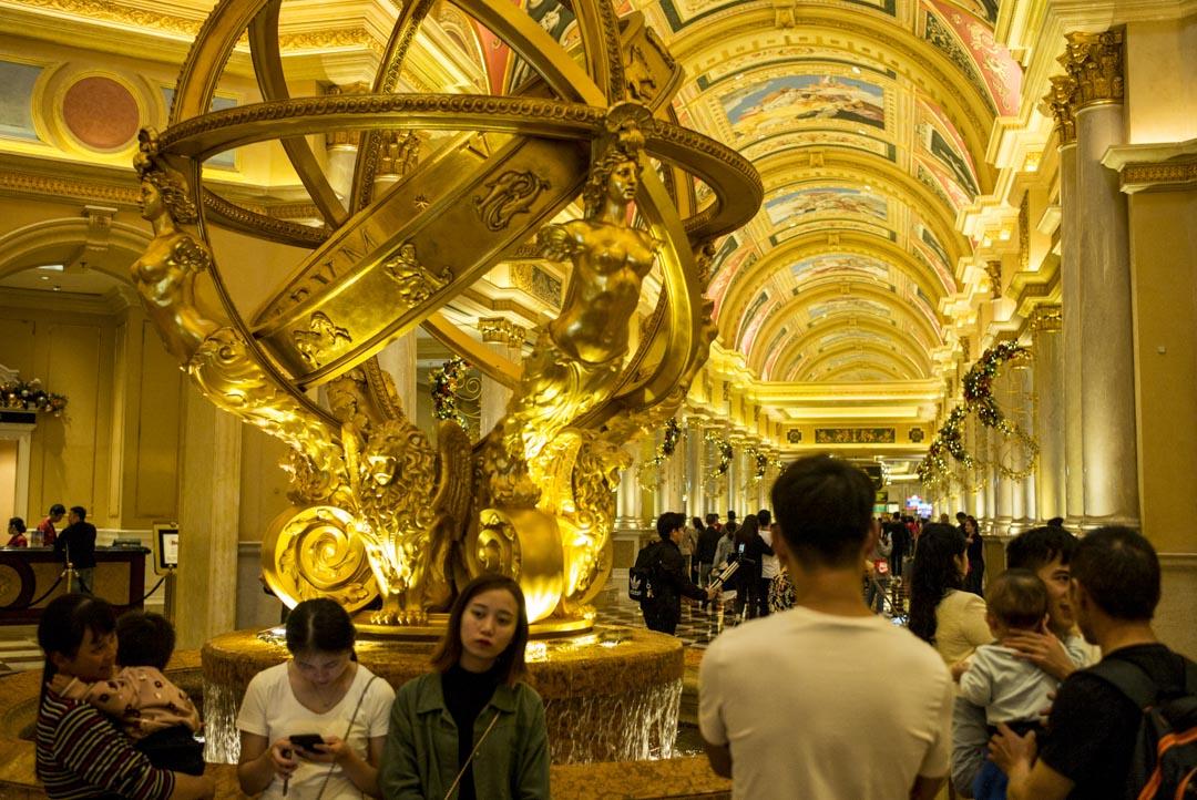 2019年12月18日,中國內地的旅客在威尼斯酒店內等待。
