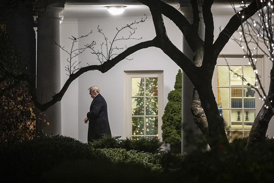 2019年12月10日,美國總統特朗普離開白宮的橢圓形辦公室。 攝:Drew Angerer/Getty Images