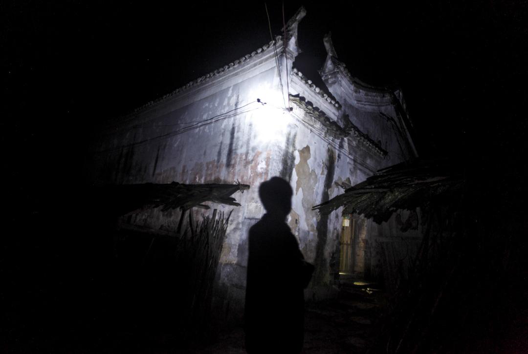 2010年6月3日,一名男子穿過湖南的一條城中村。
