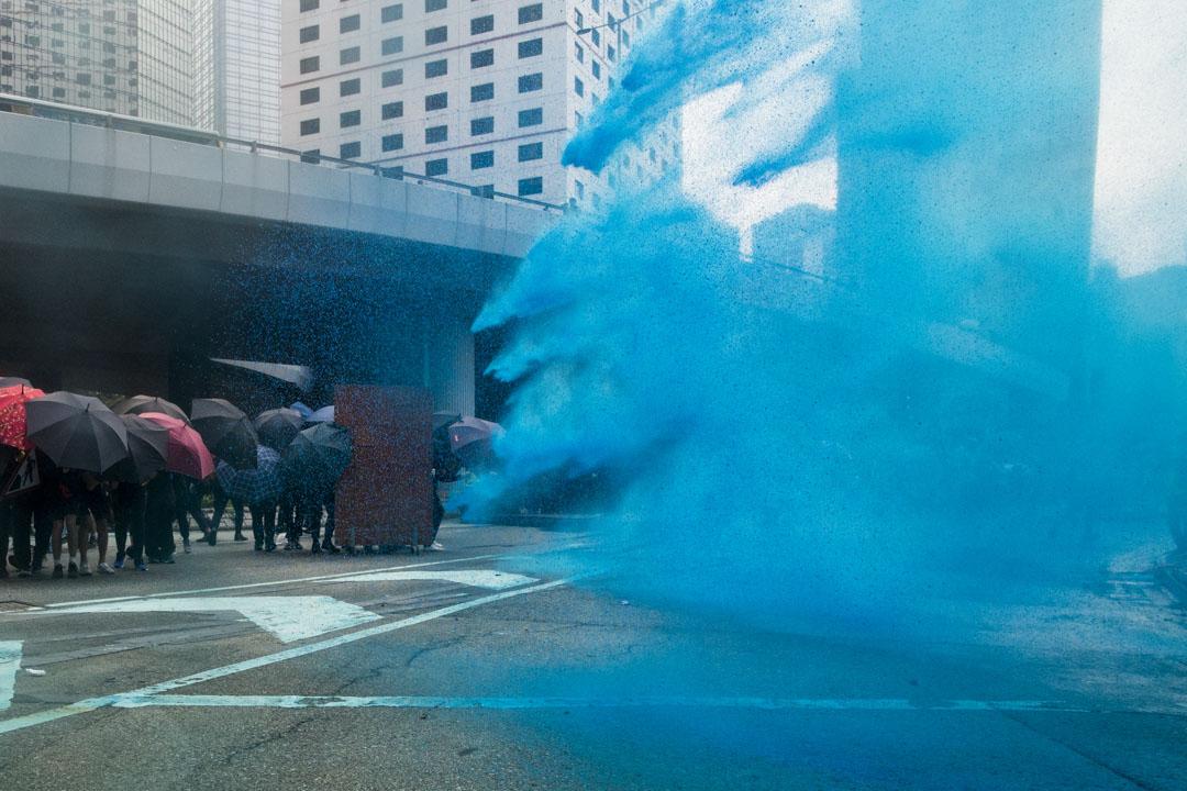 2019年9月29日,金鐘衝突現場,警方向示威者發射藍色水炮作出驅趕。