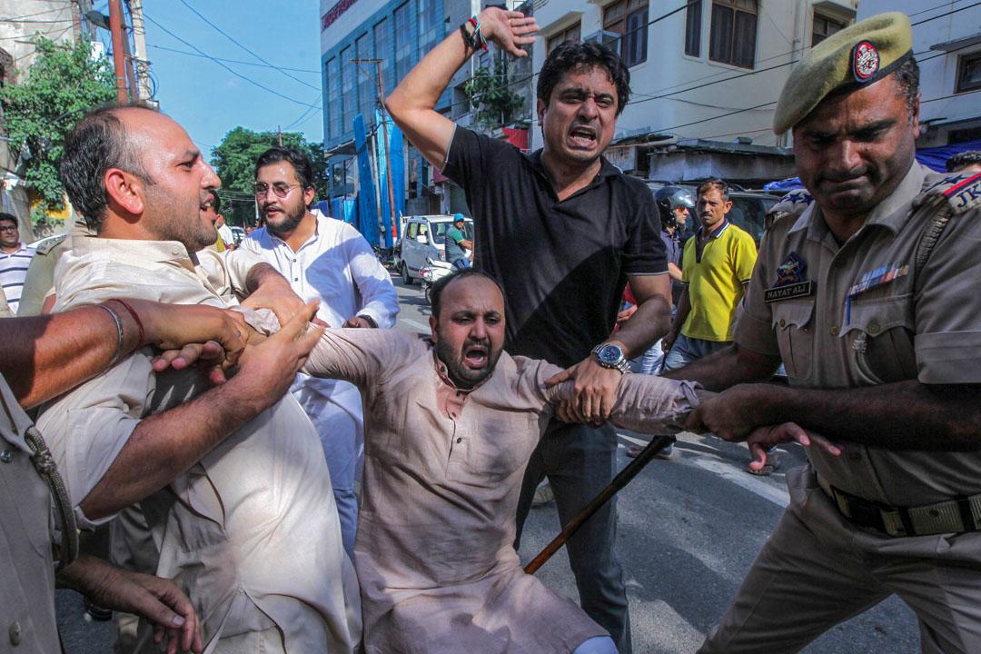 2019年8月10日,在克什米爾,印度警方拘捕當地示威者。