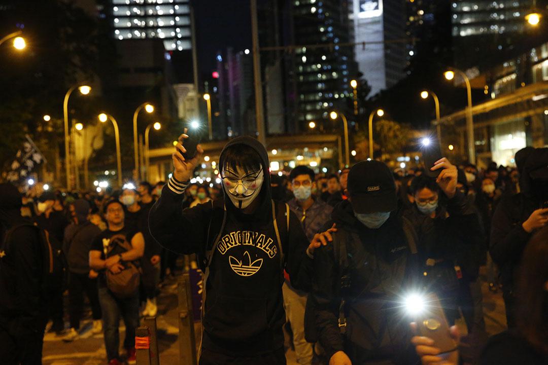 2019年12月8日,民陣發起國際人權日遊行,遊行人士在入夜後舉起手機燈光。