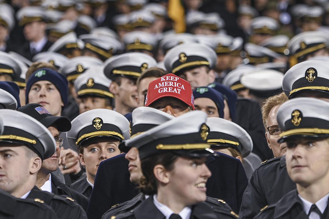 2019年12月14日,美國總統特朗普於賓夕法尼亞州費城舉行的陸軍海軍足球比賽期間與軍人一起觀看比賽。