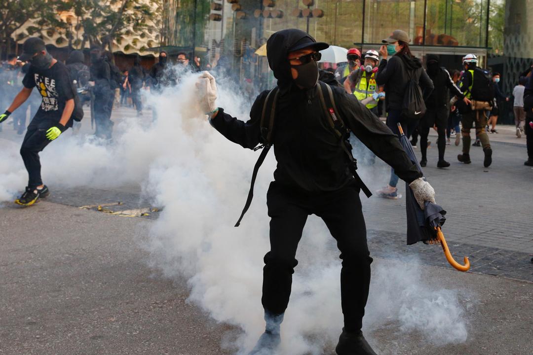 2019年12月1日,網民發起「毋忘初心大遊行」,防暴警施放催淚彈。 攝:林振東/端傳媒