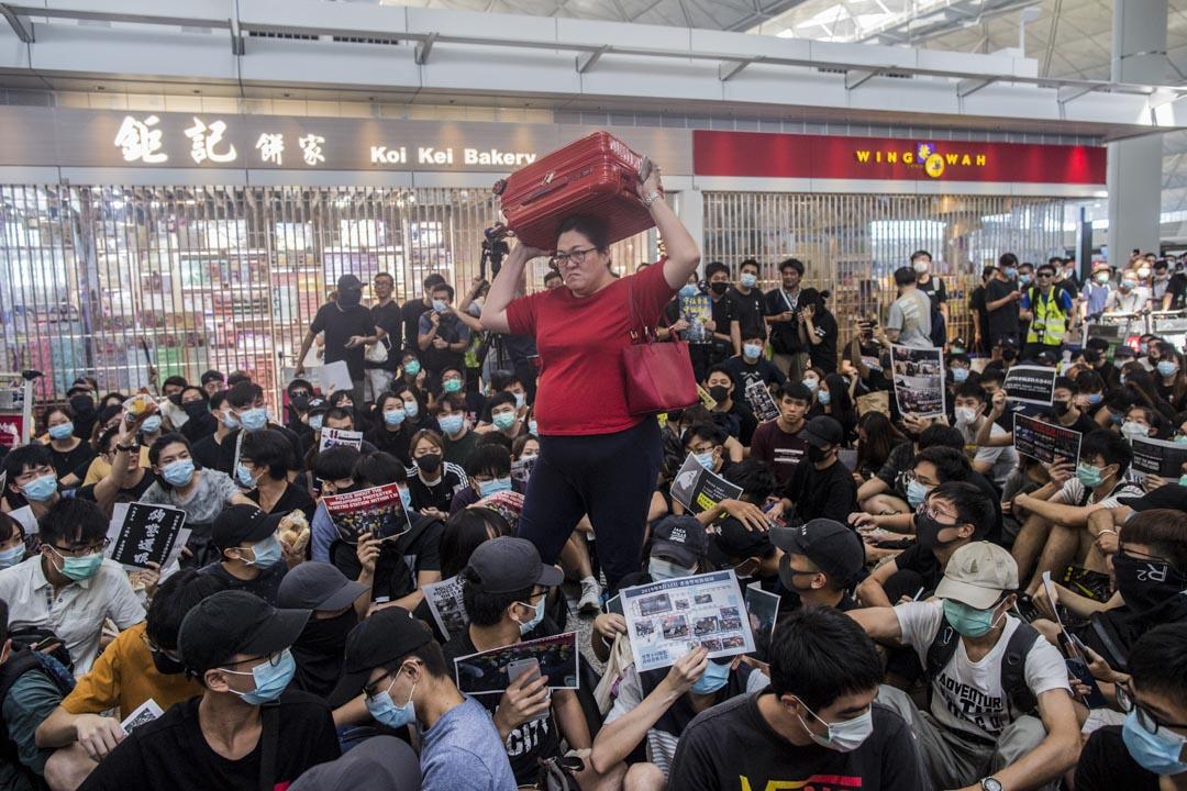 2019年8月13日,機場的示威者阻止旅客登機。