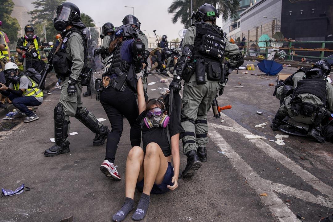 2019年11月18日,理工大學外,防暴警察拘捕一名示威者。